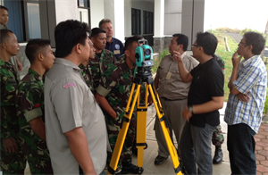 Tom Niedernhofer, U.S. Army Corps of Engineers Urban Searach and Rescue Program Manager, observes Indonesia participants test the use of survey equipment during the 2013 Indonesia Urban Search and Rescue Workshop.